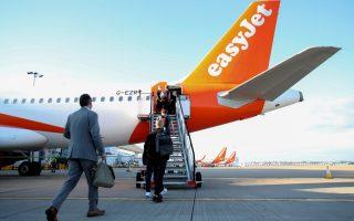 Φωτ. REUTERS: Οι πρώτοι επιβάτες στις πτήσεις της εταιρίας από το αεροδρόμιο του Gatwick
