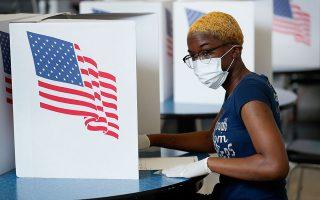 Ψηφοφόρος ασκεί το εκλογικό της δικαίωμα στις προχθεσινές προκριματικές εκλογές στην Ντε Μόιν της Αϊόβας.