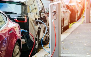 Tα ηλεκτρικά μοντέλα αναμένεται να αποτελούν το 1/3 του συνολικού στόλου αυτοκινήτων έως το 2040. (ΦΩΤ.Shuttetstock)