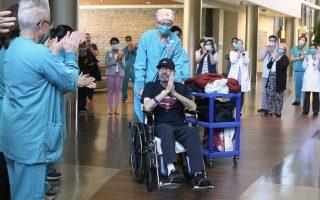 Φωτ. The Seattle Times: Όταν ο Μάικλ Φλορ βγήκε από το νοσοκομείο ζωντανός, το προσωπικό τον χειροκροτούσε