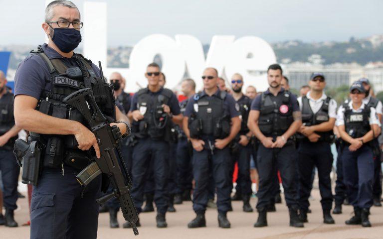 Συνεχίζονται οι διαδηλώσεις Γάλλων αστυνομικών παρά την ανακοίνωση ότι διατηρείται το κεφαλοκλείδωμα