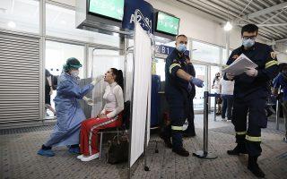 Διενέργεια τεστ για τον κορωνοϊό σε επιβάτη στο αεροδρόμιο «Ελ. Βενιζέλος. Από την 1η Ιουλίου, το πρωτόκολλο προβλέπει τον δειγματοληπτικό έλεγχο των επισκεπτών από το εξωτερικό (φωτ. INTIME NEWS).