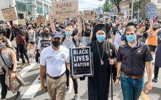 «Αποτελεί ηθικό καθήκον και υποχρέωσή μας να υποστηρίξουμε την ιερότητα κάθε ανθρώπινης ύπαρξης», υπογράμμισε ο Αρχιεπίσκοπος Αμερικής Ελπιδοφόρος, ο οποίος συμμετείχε σε διαδήλωση στους δρόμους του Μπρούκλιν, κρατώντας πανό με το σύνθημα «Black Lives Matter» και αιτήματα την ισοπολιτεία, την ισονομία και τη δικαιοσύνη.