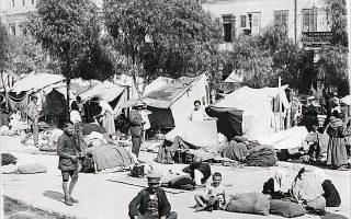 Σκηνές τοποθετημένες σε πλατεία στον Πειραιά για την πρόχειρη στέγαση των προσφύγων από τη Μικρά Ασία.