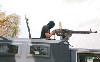 Στρατιώτης της κυβέρνησης της Τρίπολης σε σημείο ελέγχου της πόλης Ταρχούνα, ύστερα από την ανακατάληψη της πρωτεύουσας, την οποία απειλούσαν οι δυνάμεις του Χαλίφα Χαφτάρ (φωτ. REUTERS).