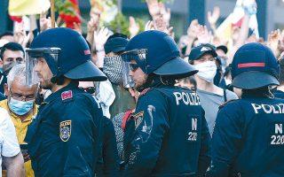Αστυνομικοί διαχωρίζουν Κούρδους και Τούρκους διαδηλωτές κατά τη διάρκεια των πρόσφατων επεισοδίων στη Βιέννη (φωτ. Α.Ρ.).