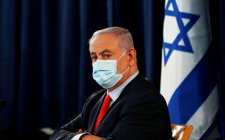 Ο Μπέντζαμιν Νετανιάχου παρακολουθεί το υπουργικό συμβούλιο στην Ιερουσαλήμ φορώντας μάσκα (φωτ. REUTERS).