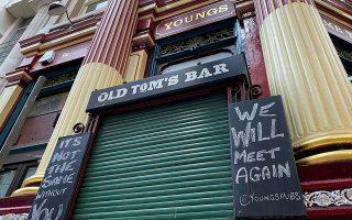 Η παμπ Lamb Tavern στο Λονδίνο παραμένει κλειστή εν μέσω πανδημίας (φωτ. REUTERS).