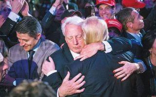 Ο αδελφός του Ντόναλντ Τραμπ, Ρόμπερτ, αγκαλιάζει τον Αμερικανό πρόεδρο έπειτα από προεκλογική συγκέντρωση τον Νοέμβριο του 2016.