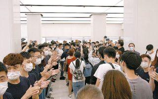 Εργαζόμενοι στο νέο κατάστημα της Huawei στη Σαγκάη χειροκροτούν για το πρώτο επίσημο άνοιγμα μετά την περίοδο καραντίνας.