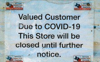 «Κλειστό λόγω πανδημίας» το μαγαζί στο Τέξας. Ενεκα της ραγδαίας αύξησης των κρουσμάτων, το κατάστημα θα μείνει κλειστό για πολύ ακόμα, αφού η πολιτεία «πάγωσε» τα σχέδια για επιστροφή στην κανονικότητα.