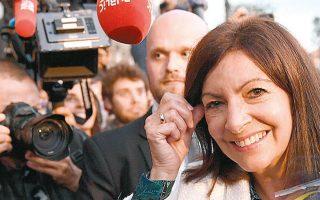 Η δήμαρχος της κοινωνικής κατοικίας, Αν Ινταλγκό, γιορτάζει την επανεκλογή της στο Παρίσι, με ποσοστό που προσεγγίζει το 50% (φωτ. EPA).