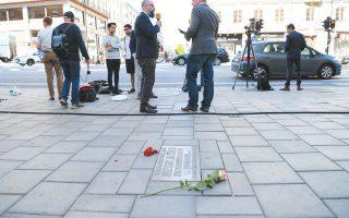 Λουλούδια στο σημείο όπου δολοφονήθηκε ο Ούλοφ Πάλμε στη Στοκχόλμη, λίγο πριν από τις χθεσινές ανακοινώσεις (φωτ. EPA).