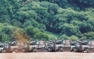 Στρατιωτικά οχήματα της Νότιας Κορέας περιπολούν στα σύνορα με τη Βόρεια Κορέα, λίγο μετά τη χθεσινή ανατίναξη του άδειου, λόγω των μέτρων για περιορισμό της πανδημίας, γραφείου επικοινωνίας (φωτ. A.P.).