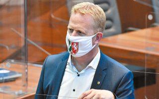 Βουλευτής στο Κοινοβούλιο της Βόρειας Ρηνανίας - Βεστφαλίας, την ώρα του κοινοβουλευτικού ελέγχου για τη διαχείριση της νέας κρίσης COVID-19, εντός κλωβού και φυσικά με μάσκα.