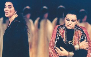 Σκηνή από την παράσταση της «Ηλέκτρας» του Σοφοκλή (Εθνικό Θέατρο, 1996), σε σκηνοθεσία Λυδίας Κονιόρδου. Δεξιά, η Ασπασία Παπαθανασίου στον ρόλο της Κλυταιμνήστρας, αριστερά, η Λυδία Κονιόρδου ως Ηλέκτρα.