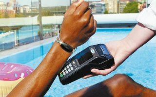Φορώντας ένα Neos βραχιόλι, ο καταναλωτής κάνει τις πληρωμές του σε οποιοδήποτε τερματικό POS ανέπαφων συναλλαγών απλά με μια κίνηση του χεριού.