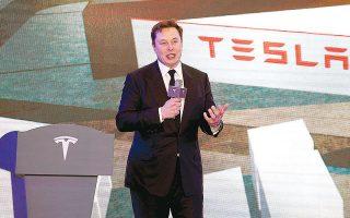 Ο διευθύνων σύμβουλος της Tesla, Ελον Μασκ, ανακοίνωσε στους υπαλλήλους του ότι ήρθε η ώρα να «τα δώσουν όλα» και να ξεκινήσουν τη μαζική παραγωγή του νέου ηλεκτρικού ημιφορτηγού της εταιρείας (φωτ. Reuters.