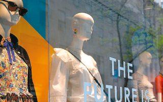 Μετά τους πρώην κολοσσούς JCPenney, Neiman Marcus και J.Crew (φωτ.), οι οποίοι έχουν χρεοκοπήσει, επόμενη στη σειρά είναι η εταιρεία ανδρικών ρούχων Tailored Brands με τα καταστήματα των εμπορικών της σημάτων.
