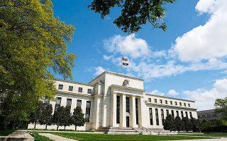 Σύμφωνα με τις νέες μακροοικονομικές προβλέψεις της Fed, το πραγματικό ΑΕΠ αναμένεται να συρρικνωθεί κατά 6,5% το 2020, προτού αυξηθεί κατά 5,0% και 3,5% το 2021 και το 2022 αντίστοιχα.