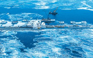 Η ολλανδική Allseas έλαβε «προειδοποιητική» επιστολή από δύο Αμερικανούς γερουσιαστές και αναγκάστηκε να αποσύρει ειδικό σκάφος από την περιοχή των εργασιών.