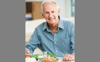 Νεότερες έρευνες δείχνουν ότι ο περιορισμός της συνολικής ποσότητας των θερμίδων συμβάλλει σημαντικά στην αντιμετώπιση των επιπτώσεων του γήρατος. (ΦΩΤ. SHUTTERSTOCK)