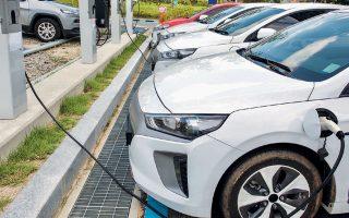 Οι εταιρείες του κλάδου εκτιμούν ότι η ηλεκτροκίνηση μπορεί να στηρίξει γραμμές εγχώριας παραγωγής, κυρίως στο κομμάτι της κατασκευής φορτιστών για ηλεκτρικά αυτοκίνητα. (ΦΩΤ. Shutterstock)