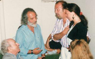 Ο Διονύσης Φωτόπουλος (όρθιος αριστερά) με τον αείμνηστο Βρετανό σκηνοθέτη Πίτερ Χολ (δεξιά), στου «Λεωνίδα». Καθιστός ο Αλέξης Μινωτής.
