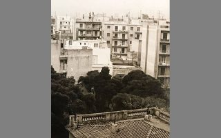 Πατησίων και Κύπρου. Το χαμένο νεοκλασικό αρχοντικό, ανάμεσα στα πεύκα, σε φωτογραφία του 1972.  (Φωτ. ΑΡΧΕΙΟ ΝΙΚΟΥ ΒΑΤΟΠΟΥΛΟΥ)