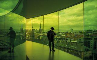 Εγκατάσταση του Όλαφουρ Ελίασον στη Δανία, με τίτλο «Your rainbow panorama». MARTIN DIVISEK