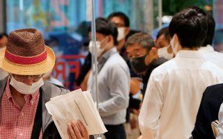 Ουρά για αγορά μάσκας από το κατάστημα Uniqlo, στο Τόκιο.