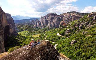 Στην κορυφή των Μικρών Τειχών με θέα στα μοναστήρια των Μετεώρων. (Φωτογραφία: ΟΛΓΑ ΧΑΡΑΜΗ)