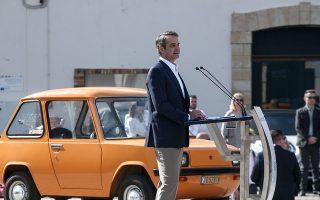 Ο πρωθυπουργός στέκεται δίπλα στο πρώτο ηλεκτρικό αυτοκίνητο που κατασκευάστηκε στην Ελλάδα το 1973, στη Σύρο, ένα Εnfield 8000/Φωτ. INTIME NEWS