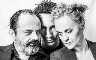 Ο Κωνσταντίνος Αβαρικιώτης, ο Μιχάλης Σαράντης και η Μαρία Κεχαγιόγλου είναι οι τρεις αφηγητές που ανασύρουν επί σκηνής την ιστορία του Οιδίποδα.