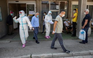 Φωτ. REUTERS: Η κατάσταση στα κέντρα υγείας σε ολόκληρη τη Σερβία είναι δραματική