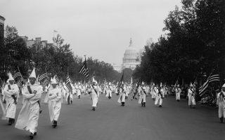 Η ιστορική πορεία της Κου Κλουξ Κλαν στην Ουάσιγκτον το 1926, όταν η οργάνωση απολάμβανε μεγάλη δημοφιλία. Το 2019, στις ΗΠΑ καταγράφηκαν περί τις 940 οργανώσεις ή ομάδες μίσους. (Φωτ. SHUTTERSTOCK)