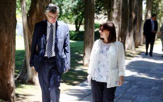 Η Αικ Σακελλαροπούλου συναντήθηκε με τους επιστήμονες της ομάδας των Λοιμωξιολόγων του ΕΟΔΥ που αντιμετωπίζει τον κορωνοϊό