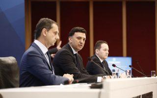 Ο υπουργός Υγείας Βασίλης Κικίλιας (Κ) μιλά κατά τη διάρκεια της ενημέρωσης για την ενίσχυση των υγειονομικών υποδομών στα νησιά, ενώ ο υπουργός Τουρισμού Χάρης Θεοχάρης (Α), και ο Υφυπουργός παρά τω Πρωθυπουργώ Κυβερνητικός Εκπρόσωπος Στέλιος Πέτσας (Δ) παρακολουθούν κατά την διάρκεια της ομιλίας του υπουργού Υγείας, την Παρασκευή 12 Ιουνίου 2020, στη Γενική Γραμματεία Επικοινωνίας και Ενημέρωσης. Ενημέρωση υπήρξε από τον Υφυπουργό παρά τω Πρωθυπουργώ Κυβερνητικό Εκπρόσωπο Στέλιο Πέτσα και τον υπουργό Υγείας Βασίλη Κικίλια, για την ενίσχυση των υγειονομικών υποδομών στα νησιά ΑΠΕ ΜΠΕ/ ΑΠΕ ΜΠΕ/ ΒΛΑΧΟΣ Α.