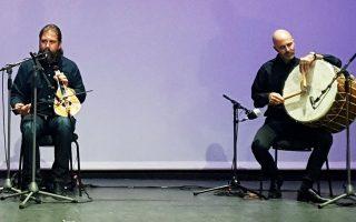 Ο λυράρης  Γιώργος Σκορδαλός  από την Κρήτη, στα γυρίσματα στο «Μιχάλης Κακογιάννης». «Προσαρμοστήκαμε και παίξαμε σαν ο κόσμος να ήταν μαζί μας», λέει.
