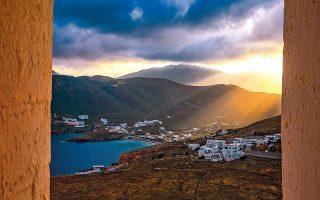 Πριν χαθεί ο ήλιος, το ζεστό φως του νησιού φτιάχνει το σκηνικό για ρομάντζο. (Φωτογραφία: ΠΕΡΙΚΛΗΣ ΜΕΡΑΚΟΣ)
