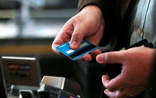 Η πανδημία επιτάχυνε τη στροφή των Ελλήνων σε άλλους τρόπους πληρωμής, με 6 στους 10 να επιλέγουν πλέον τις ανέπαφες συναλλαγές στα καταστήματα.