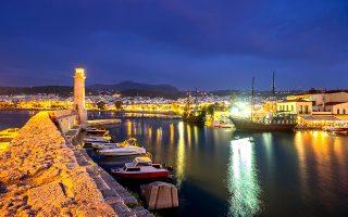Το Ενετικό Λιμάνι του Ρεθύμνου με τον φάρο-σήμα κατατεθέν της Παλιάς Πόλης. © AFP/VISUALHELLAS.GR
