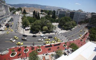 Είναι ο «Μεγάλος Περίπατος» εμβληματική παρέμβαση που θα αλλάξει την πόλη ή αποσπασματικές επιμέρους ρυθμίσεις, χωρίς κεντρική στόχευση, χωρίς αρμονία με τον περιβάλλοντα χώρο και χωρίς προϋπάρχουσα επαρκή μελέτη της επίδρασης που θα έχουν στην καθημερινότητα, στη λειτουργία και στον χαρακτήρα του κέντρου της Αθήνας; Οι αλλαγές αναμετρούνται με την καθημερινότητα και προκαλούν ζωηρή αντιπαράθεση, με ζητούμενο μια ειλικρινή αποτίμηση που θα καταδείξει εάν και ποιες από αυτές ήρθαν για να μείνουν (φωτ. INTIME NEWS / ΣΤΕΦΑΝΟΥ ΣΤΕΛΙΟΣ).