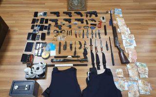Στις έρευνες που πραγματοποίησαν οι αστυνομικοί στις οικίες των συλληφθέντων, εντοπίστηκαν μεταξύ άλλων ένα υποπολυβόλο, πέντε πιστόλια, σιδηρογροθιές, μαχαίρια, ξιφίδια και αλεξίσφαιρα γιλέκα.