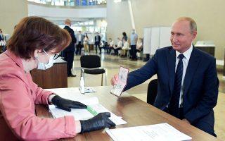 O Βλαντιμίρ Πούτιν κατά την άσκηση του εκλογικού του δικαιώματος.