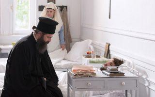 Ο ηθοποιός Αρης Σερβετάλης, με μορφή πραγματικά ασκητική, υποδύεται τον Αγιο Νεκτάριο, για τον βίο του οποίου μας μιλάει με δέος στο περιθώριο των γυρισμάτων (φωτ. ΜΑΡΙΛΕΝΑ ΑΝΑΣΤΑΣΙΑΔΟΥ).