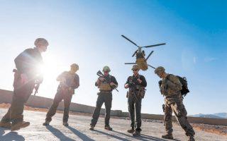 Φωτογραφία αρχείου από το 2017 δείχνει Αμερικανούς στρατιώτες να περιμένουν σε διάδρομο προσγείωσης στην επαρχία Λογκάρ του Αφγανιστάν.