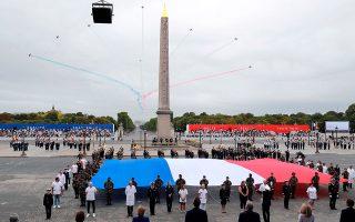 Ιατρικό και νοσηλευτικό προσωπικό και εργαζομένους σε απαραίτητες υπηρεσίες τίμησε χθες η Γαλλία, σε μια διαφορετική επέτειο της πτώσης της Βαστίλλης. Την ίδια ώρα, στην πλατεία της Βαστίλλης διαδηλωτές επέκριναν τον Γάλλο πρόεδρο Μακρόν για την υποστελέχωση του συστήματος υγείας. Στη Γαλλία, οι θάνατοι από κορωνοϊό ξεπέρασαν τις 30.000 (φωτ. Ludovic Marin, Pool via A.P.).