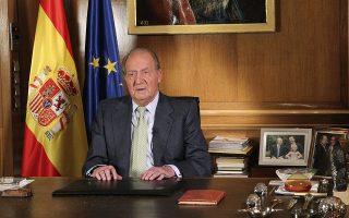 O Χουάν Κάρλος αποφάσισε να παραιτηθεί από τον θρόνο υπέρ του γιου του, Φιλίππου, το 2014, μετά την αποκάλυψη σειράς σκανδάλων.