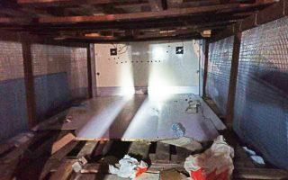 Το φορτηγό ψυγείο που ανακάλυψαν οι αστυνομικοί πριν από λίγες ημέρες στο λιμάνι της Πάτρας, στο οποίο οι διακινητές είχαν δημιουργήσει μια κρύπτη από σιδηροκατασκευή, μπροστά και πάνω από την οποία είχαν τοποθετήσει τελάρα με καρπούζια.